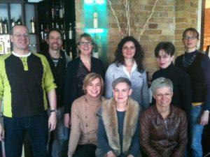 """Auf dem Foto sind die neun Teilnehmer der Veranstaltung """"Mittagessen für Medienmacher"""" zu sehen."""