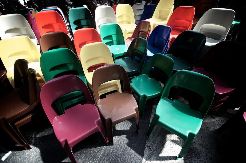Bunte Stühle für die Gäste der republica in Berlin.